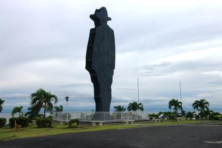 Lombre de Sandino qui trône au dessus de la ville de Managua.