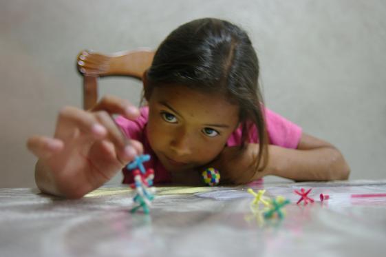 Helen tente de faire une pyramide avec son jeu du Macho