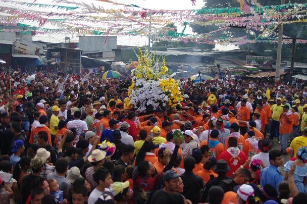 La fête de la Santo Domingo à Managua. Au centre, le Saint entouré de fleur est porté par des danseurs. Tout autour les gens dansent également selon la coutume et la danse tradionnelle.