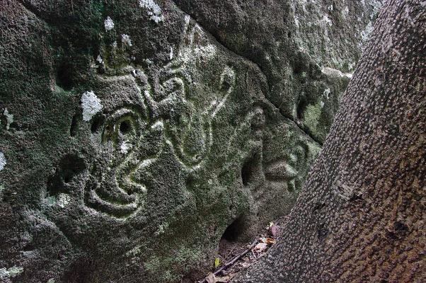 Un pétroglyphe gravé dans la roche