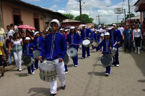 La Banda défile dans les rues de Condega