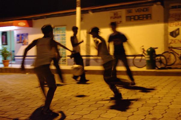 Une partie de foot dans la rue