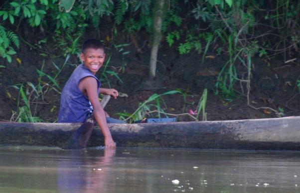Un garçon au bord du Rio San Juan